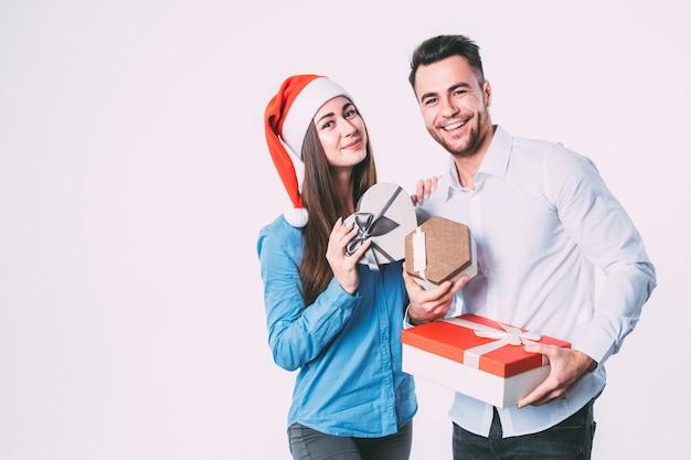 Mann und frau lächeln und halten geschenke