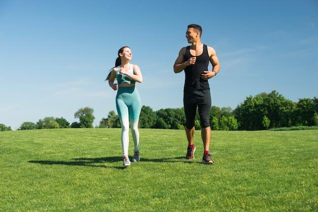 Mann und frau laufen im freien in einem park