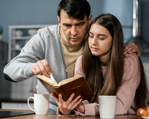 Mann und frau lesen aus der bibel