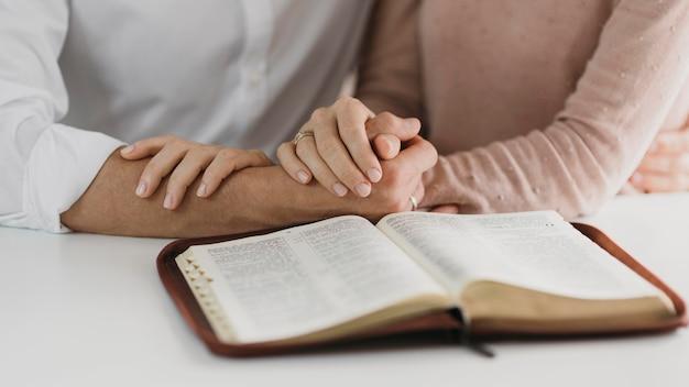 Mann und frau lesen gemeinsam die bibel