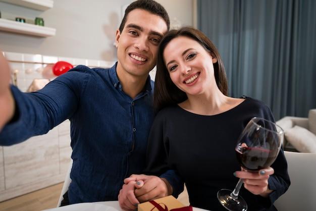 Mann und frau machen am valentinstag zusammen ein selfie