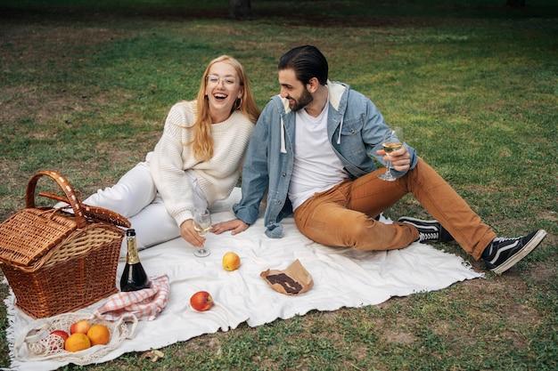 Mann und frau machen draußen ein picknick