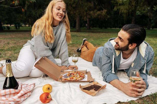 Mann und frau machen zusammen ein picknick