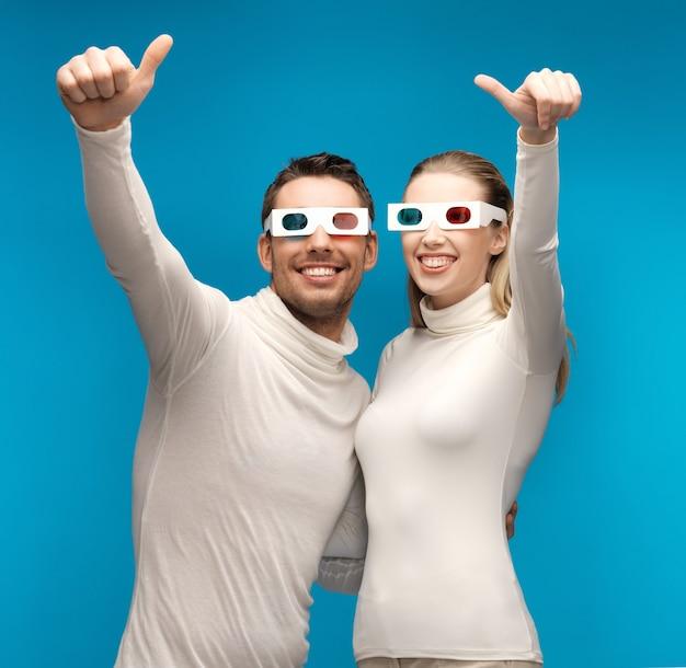 Mann und frau mit 3d-brille zeigen daumen nach oben