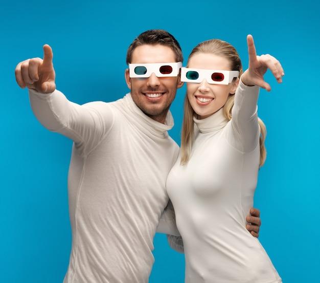 Mann und frau mit 3d-brille zeigen mit den fingern