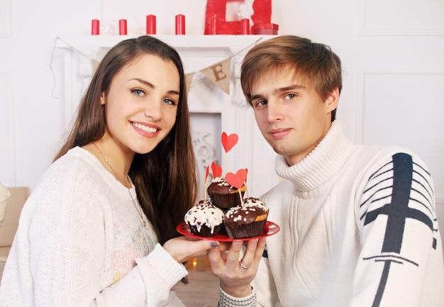 Mann und frau mit einem festlichen schokoladenkuchen