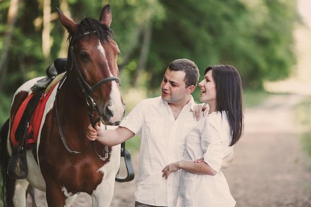 Mann und frau mit einem pferd