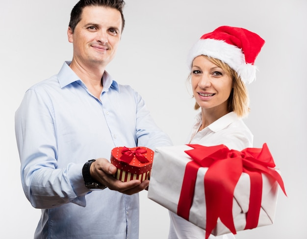 Mann und frau mit geschenken