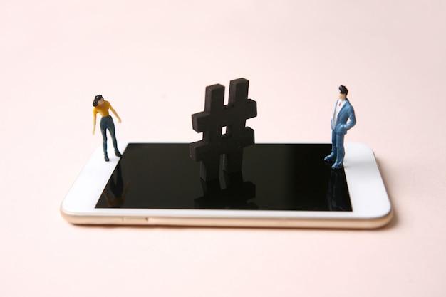 Mann und frau mit hashtag auf smartphone