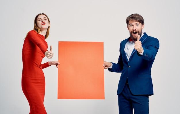 Mann und frau mit mohn in der hand auf einem hellen hintergrund beschnittene ansicht. hochwertiges foto