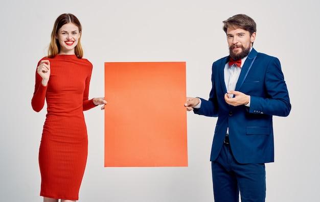 Mann und frau mit mohn in der hand auf einem hellen hintergrund beschnittene ansicht Premium Fotos