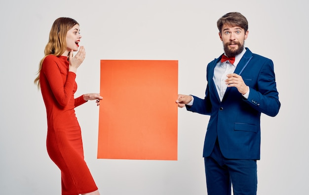 Mann und frau mit mohn in der hand auf einem hellen hintergrund beschnittene ansicht