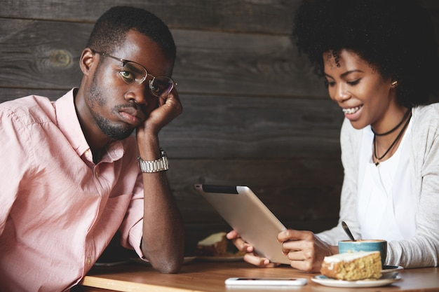 Mann und frau mit tablette im café