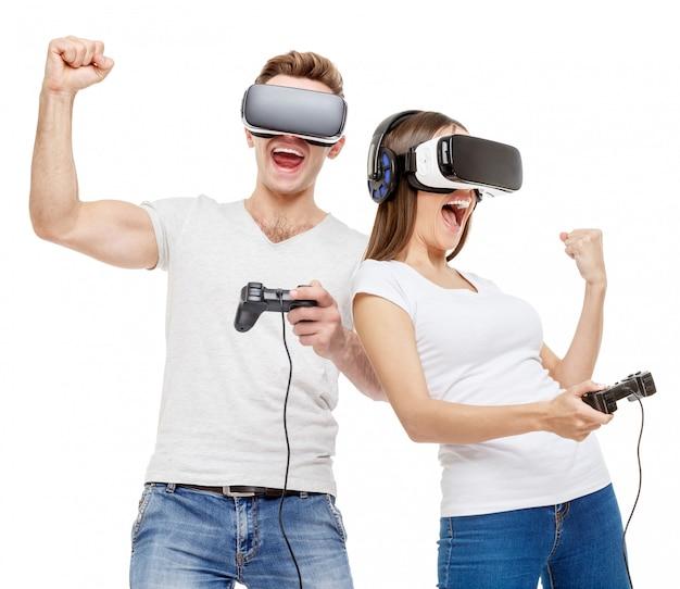 Mann und frau mit virtual-reality-brille