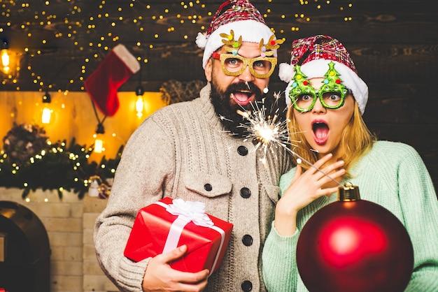 Mann und frau mit weihnachtsgeschenk