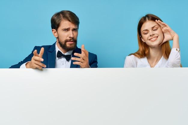 Mann und frau mit weißem mockup-plakat-werbeschild isolierten hintergrund