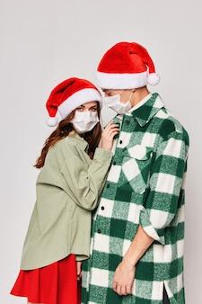 Mann und frau neujahr medizinische masken schutz umarmungen