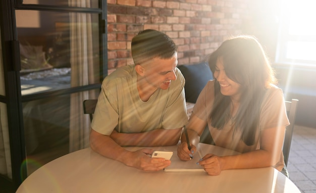 Mann und frau nutzen smartphone für online-shopping