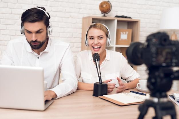 Mann und frau podcaster interviewen sich gegenseitig für radio.