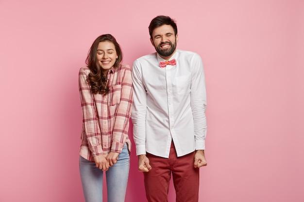 Mann und frau posieren in bunten kleidern