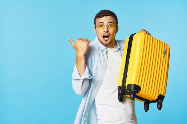 Mann und frau reisender mit einem koffer