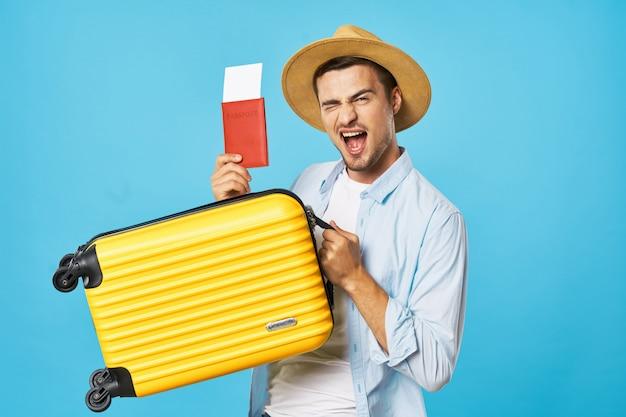 Mann und frau reisender mit koffer, freude, reisepass