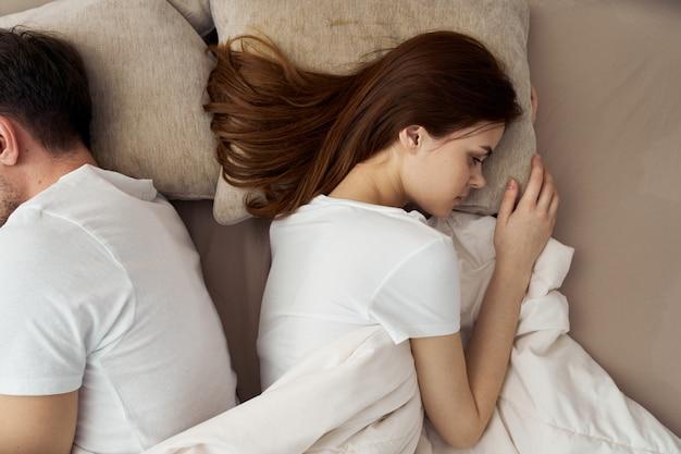 Mann und frau schlafen im bett, telefon, betrug, liebesbeziehung