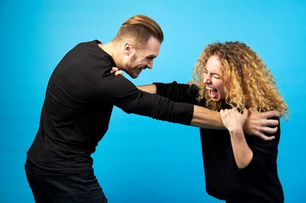 Mann und frau schreien sich an, streiten sich und kämpfen.