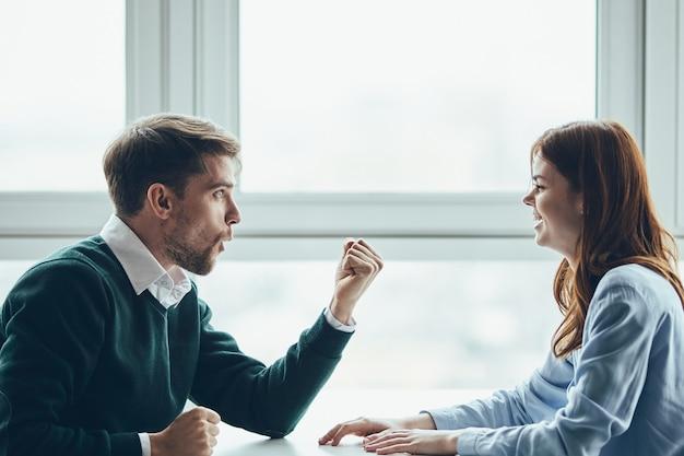 Mann und frau sitzen am tisch kommunikationsdatierung