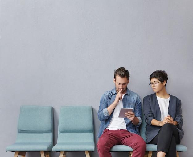 Mann und frau sitzen im wartezimmer