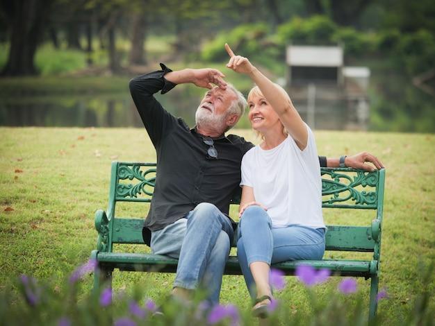 Mann und frau sitzen und sprechen im park