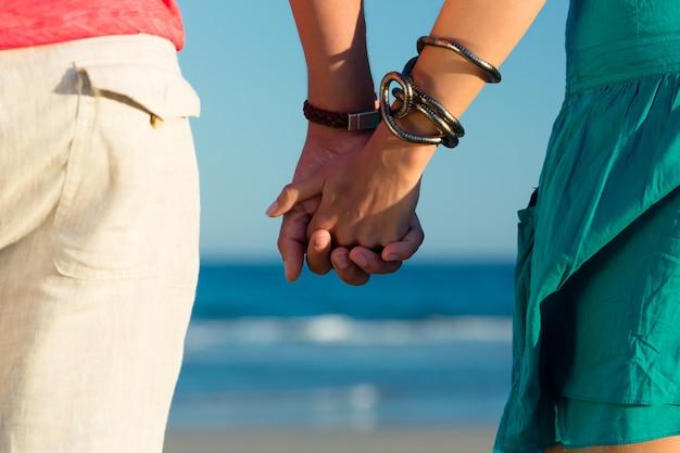 Mann und frau sonnenuntergang am strand genießen