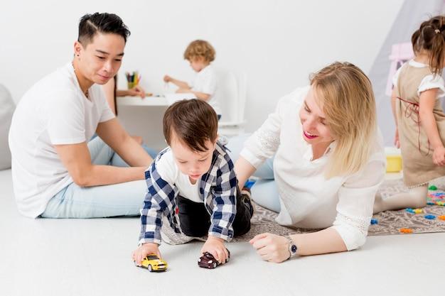 Mann und frau spielen mit kindern zu hause