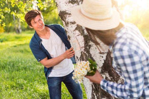 Mann und frau spielen um dicke birke