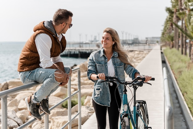 Mann und frau sprechen neben einem fahrrad