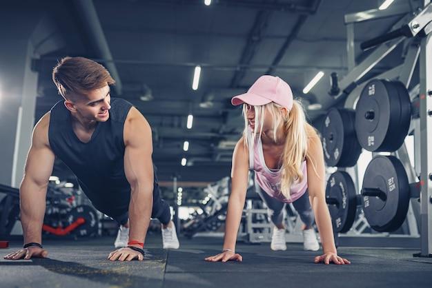 Mann und frau stärken beim fitnesstraining die hände
