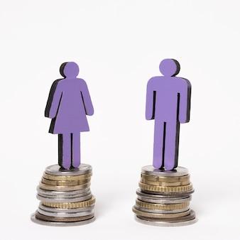 Mann und frau stehen auf gleichen haufen münzen