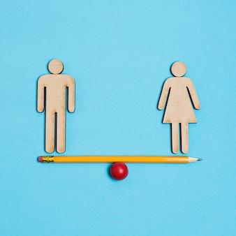 Mann und frau stehen auf wippe im gleichgewicht