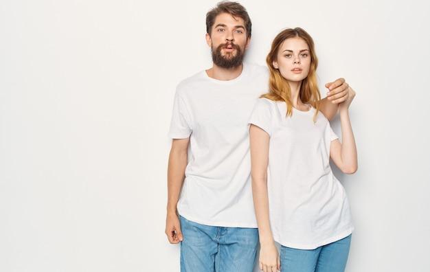 Mann und frau stehen neben t-shirts familien freizeitkleidung lebensstil.