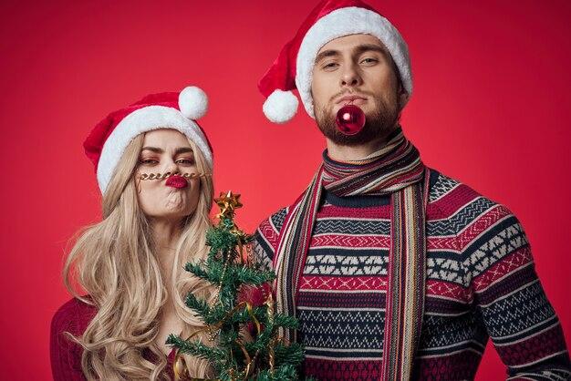 Mann und frau stehen seite an seite emotionen urlaub romantik weihnachten
