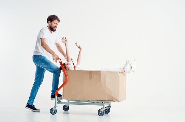 Mann und frau supermarkt lifestyle spaß heller hintergrund
