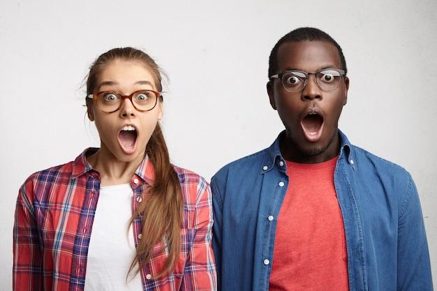 Mann und frau tragen brillen und hemden