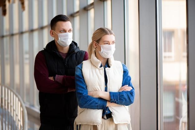 Mann und frau tragen schutzmaske gegen übertragbare infektionskrankheiten und als schutz gegen die grippe. neues coronavirus 2019-ncov aus china.