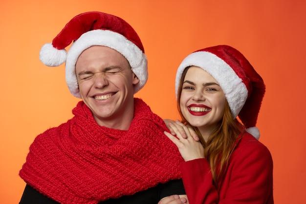 Mann und frau tragen weihnachtsmützen weihnachtsferien freundschaft