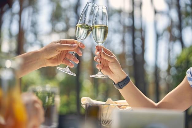 Mann und frau trinken champagner im fine dining restaurant auf dem land