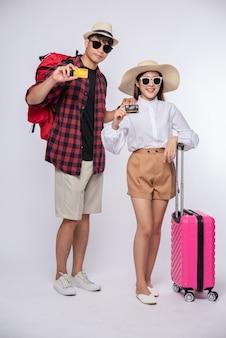 Mann und frau trugen eine brille, um mit koffern zu reisen