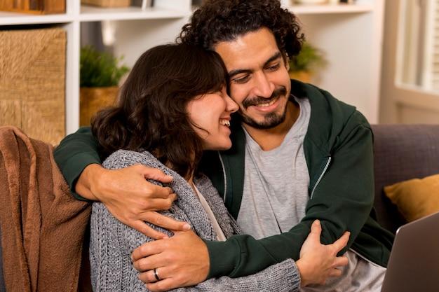 Mann und frau umarmen sich auf dem sofa