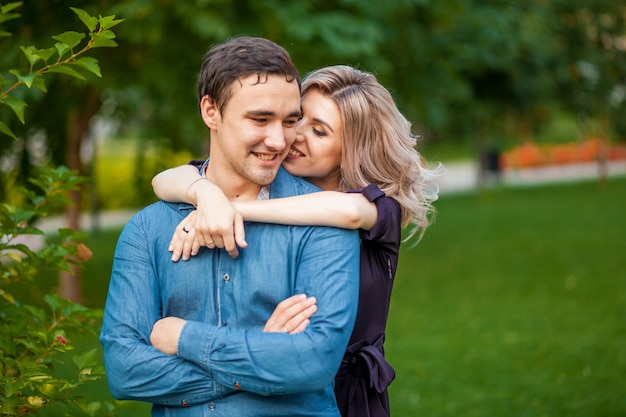 Mann und frau umarmen sich im park