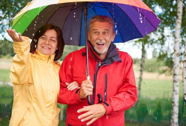 Mann und frau unter regenschirm