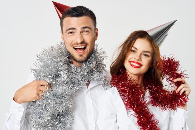 Mann und frau urlaub, firmenfeier weihnachten und neujahr 2021 2022